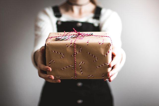 プレゼントを渡す少女