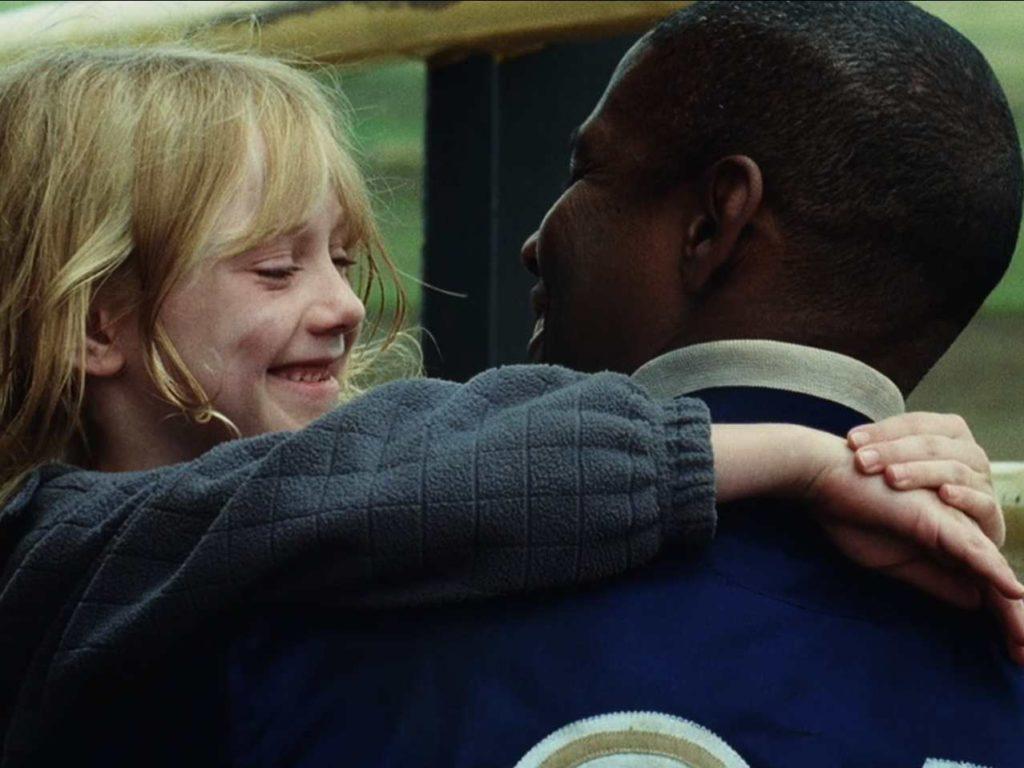 映画「マイボディガード」誘拐犯から解放されたピタとクリーシーが抱き合う