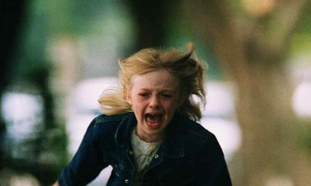 映画「マイボディガード」クリーシーの元へ泣きながら駆け寄るピタ