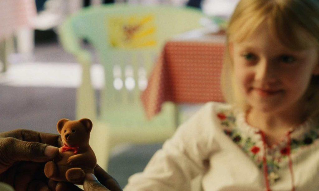 映画「マイボディガード」ピタがクリーシーにクマのプレゼントを上げる