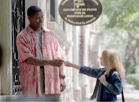 映画「マイボディガード」クリーシーに道端に咲いていた花をプレゼントするピタ