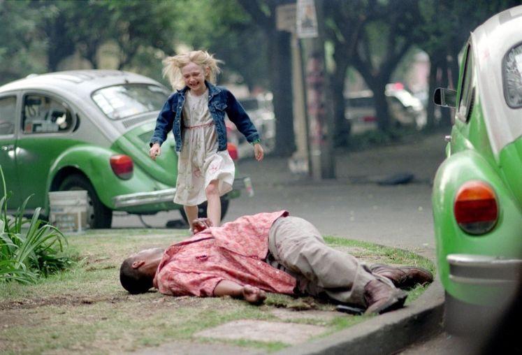 映画「マイボディガード」銃撃に倒れたクリーシーに泣きながら駆け寄るピタ