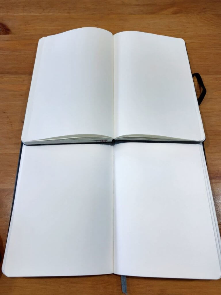 モレスキンとAmazonベーシックの紙の色を比較