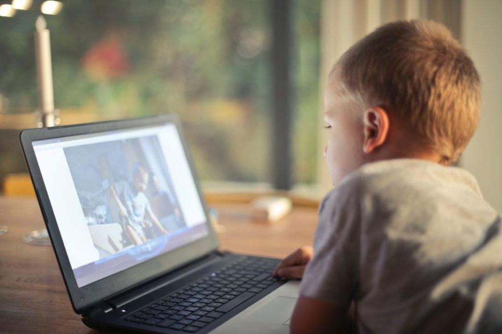 PCをみる子供
